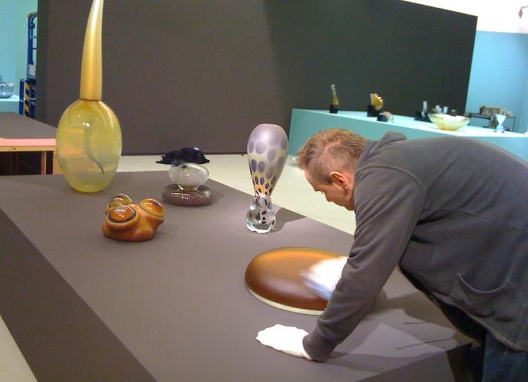 Menno Jonker bezig met inrichten van de expositie